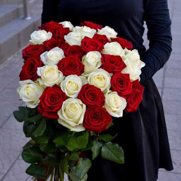 Raudonos ir baltos rožės puokštėje Gėlės moterims