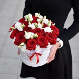 Raudonų rožių ir eustomų gėlių dėžutė