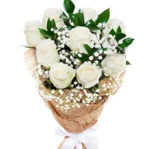 Karališkos baltos rožės gėlių puokštė