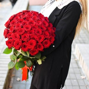 Raudonos rožės gėlių puokštė