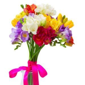 Įvairių frezijų gėlių puokštė