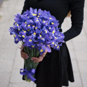 Violetinių irisų puokštė