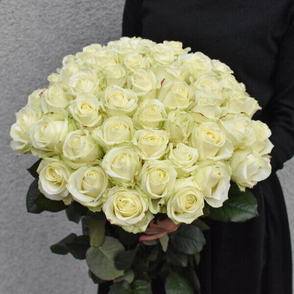 Baltų rožių puokštė gimtadienio gėlės