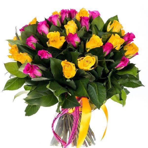 Geltonų ir rožinių rožių puokštė