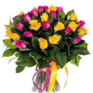 Geltonos ir rožinės rožės gelių puokštė