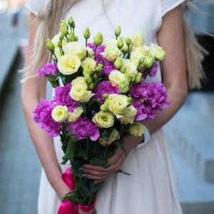 Gvazdikai ir eustomos gėlių puokštės