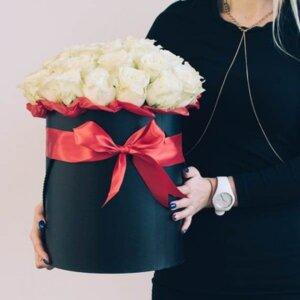 Baltos rožės gėlių dėžutė