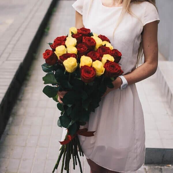 Raudonų ir geltonų rožių gėlių puokštė