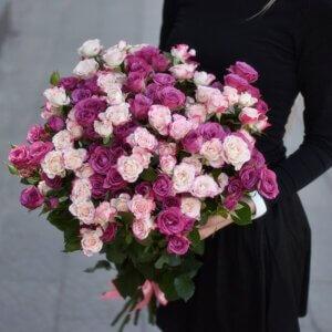 Dviejų spalvų smulkių rožyčių puokštė