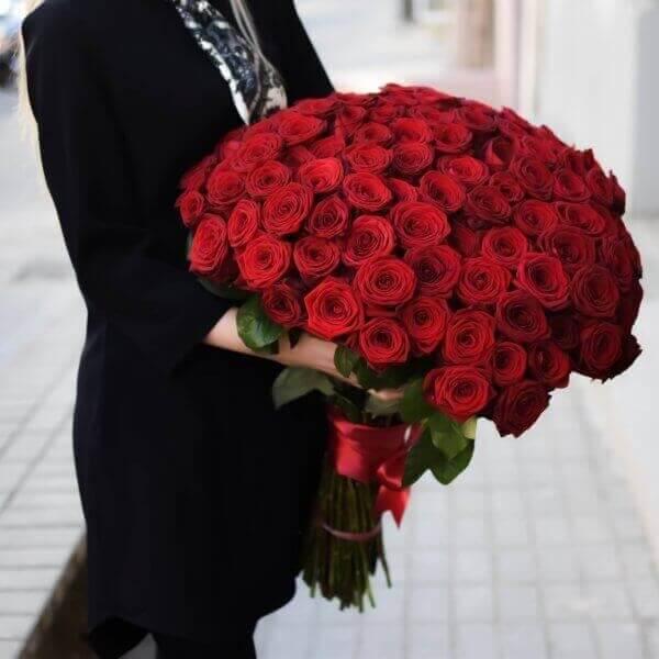 101 raudona rožė gėlės puokštėse