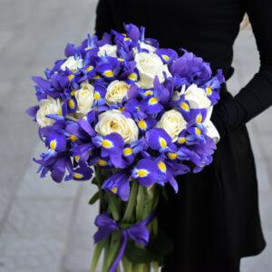 Elegantiška baltų rožių ir irisų puokštė