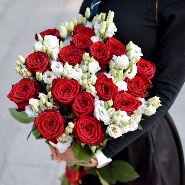 Raudonos rožės ir eustomos puokštėje