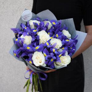 Baltos rožės ir mėlyni irisai puokštėje gimtadienio gėlės