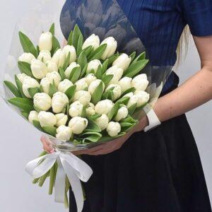 Baltos tulpės gėlės puokštėse