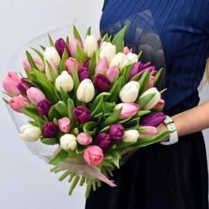 Ryškiaspalvės tulpės gėlės puokštėse