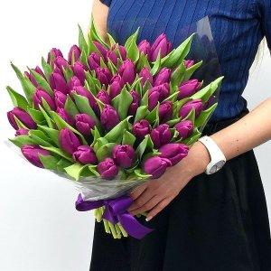Violetinių tulpių puokštė