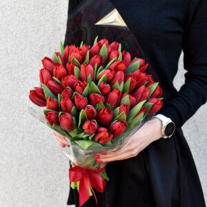 Raudonos tulpės puokštėje gėlės moterims