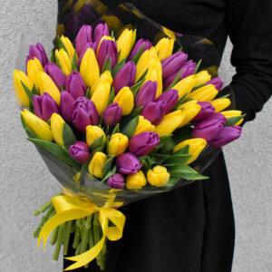 Gėlės moterims geltonų ir violetinių tulpių puokštė