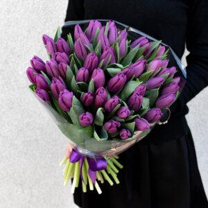 Violetinės tulpės puokštėje gėlės moterims