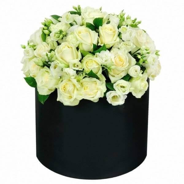 Baltų rožių ir eustomų dėžutė