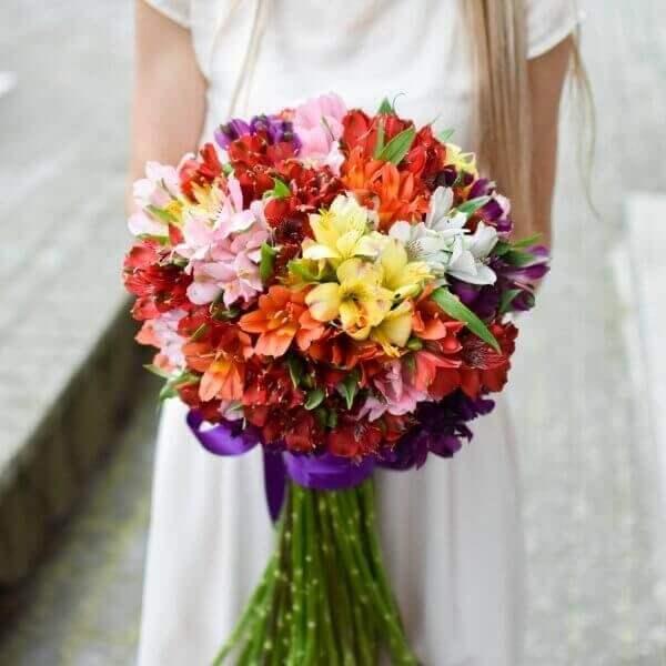 Spalvingos alstromerijos gėlių puokštės