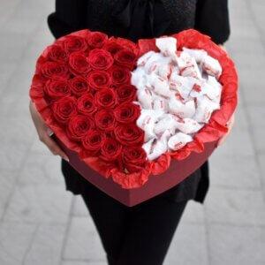 Raudonos rožės širdelės formos dėžutėje