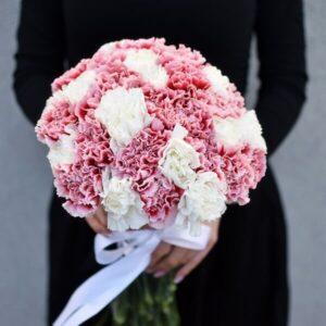 Dviejų spalvų gvazdikai gėlės puokštėse