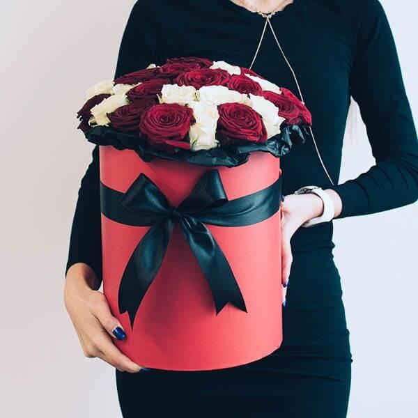 Baltų ir raudonų rožių dėžutė