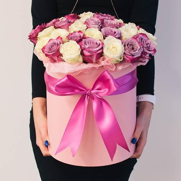 Baltų ir rožinių rožių dėžutė
