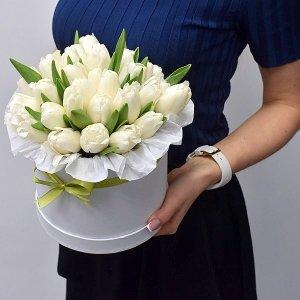 Коробка из белых тюльпанов