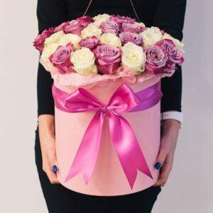 Baltų ir rožinių rožių gėlių dėžutė