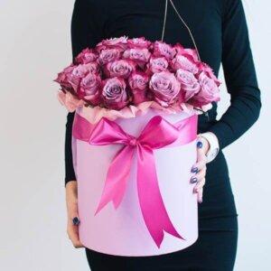 Rožinės rožės gėlės dėžutėse