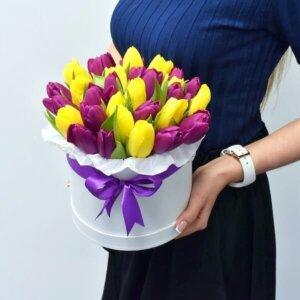 Фиолетовые и желтые тюльпаны в цветочном ящике