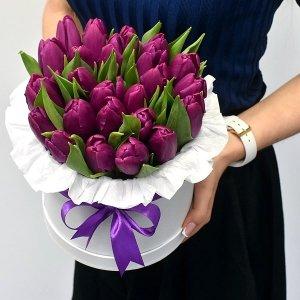 Коробка с фиолетовыми тюльпанами