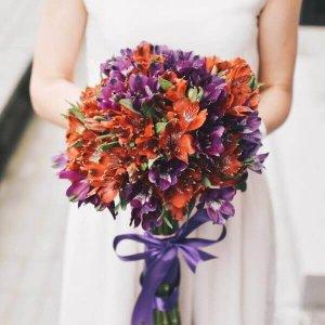 Dviejų spalvų alstomerijos gėlių puokštė
