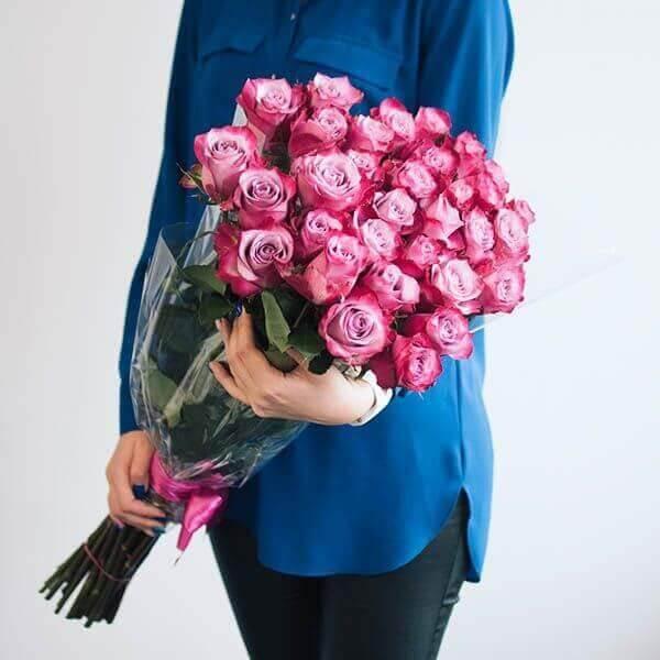 Rožinės rožės gėlių puokštė