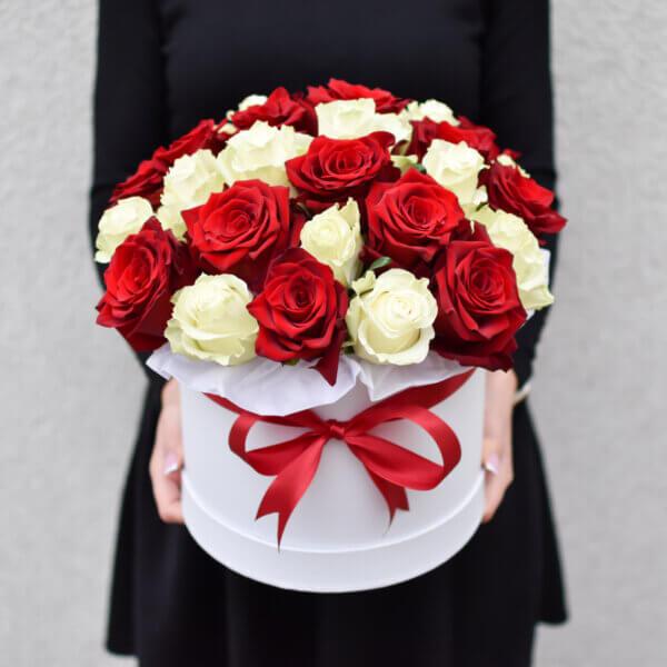 Gėlės merginai raudonų ir baltų rožių dėžutė