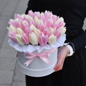 Baltos ir rožinės tulpės dėžutėje gimtadienio gėlės
