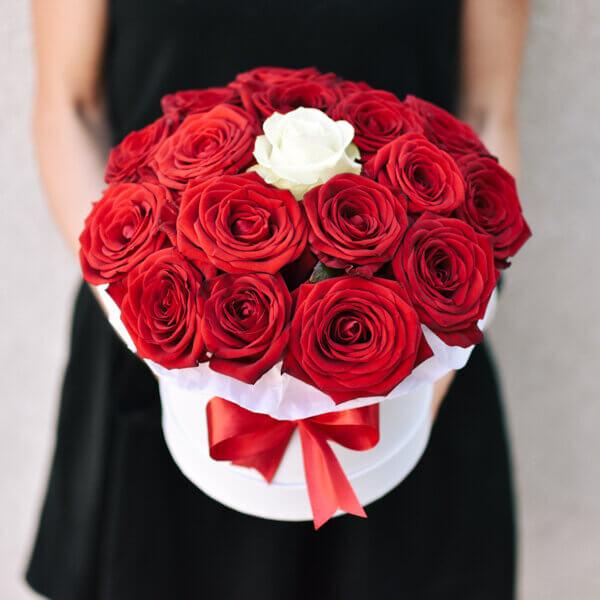 Красные и одиночные белые розы в коробке