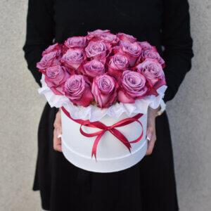 Rožinės rožės dėžutėje dovana mergnai