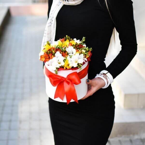 Įvairiaspalvės frezijos gėlės dėžutėse