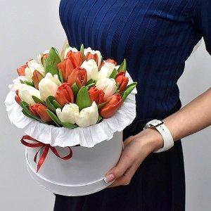 Белые и красные тюльпаны в коробке