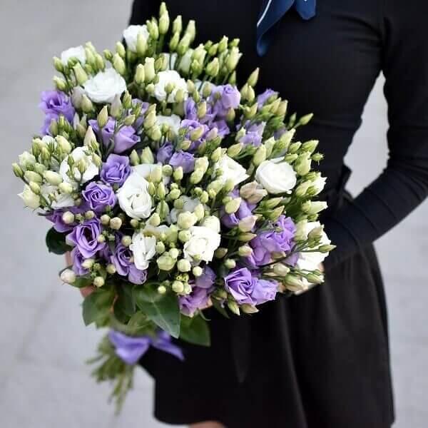 Dviejų spalvų eustomos gėlės puokštėse