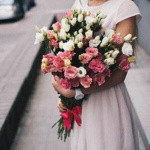 Dviejų spalvų eustomos gėlių puokštės