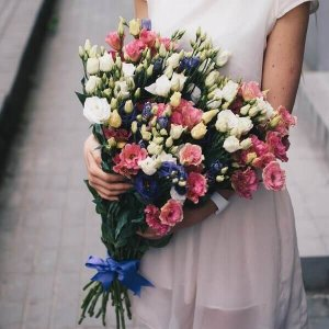 Įvairiaspalvės eustomos gėlių puokštės