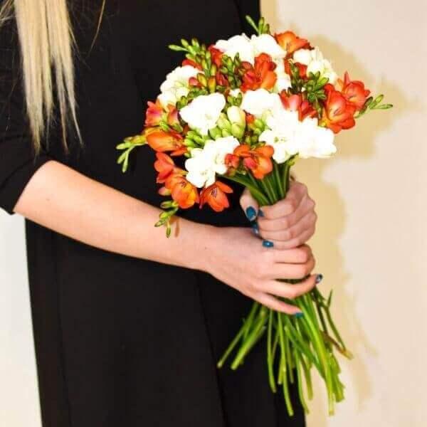 Dviejų spalvų frezijos gėlių puokštės