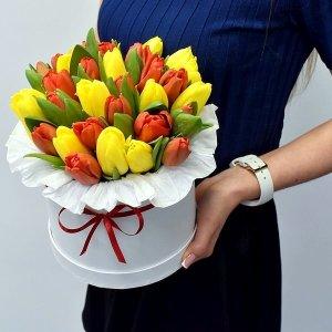 Коробка из желтых и красных тюльпанов
