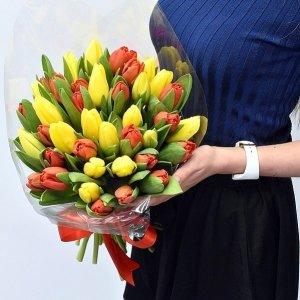 Geltonų ir raudonų tulpių puokštė
