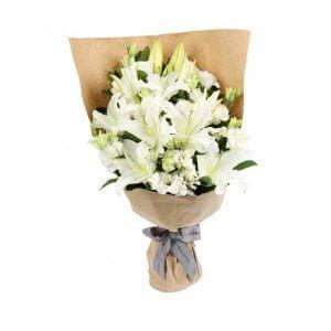 Lelijos ir eustomos gėlių puokštės