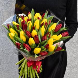 Geltonų ir raudonų tulpių puokštė gėlės moters dienai